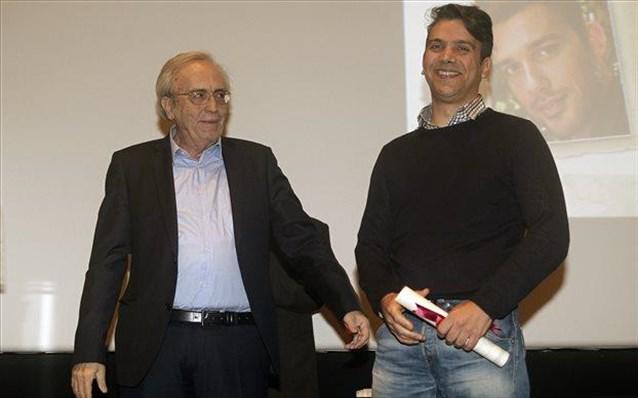 Ο υπουργός Πολιτισμού και Αθλητισμού Αριστείδης Μπαλτάς (Α) παραδίδει το Κρατικό Βραβείο συγγραφής θεατρικού έργου στον Χαράλαμπο Γιάννου (Δ). Πηγή φωτογρ. Ναυτεμπορική