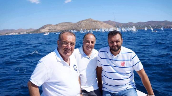 Στη φωτογρ. από δεξιά ο Δήμαρχος Σαρωνικού κος Γεώργιος Σωφρόνης με τον Πρόεδρο του Τοπικού Συμβουλίου της Κοινότητας Παλαιάς Φώκαιας κο Αθανάσιο Παπουτσή και τον Αντιπρόεδρο της Ελληνικής Ιστιοπλοϊκής Ομοσπονδίας κο Αδαμόπουλο Τέλη στη 2η μέρα του 49ου Βαλκανικού Πρωταθλήματος Ιστιοπλοΐας στον κόλπο της Παλαιάς Φώκαιας.